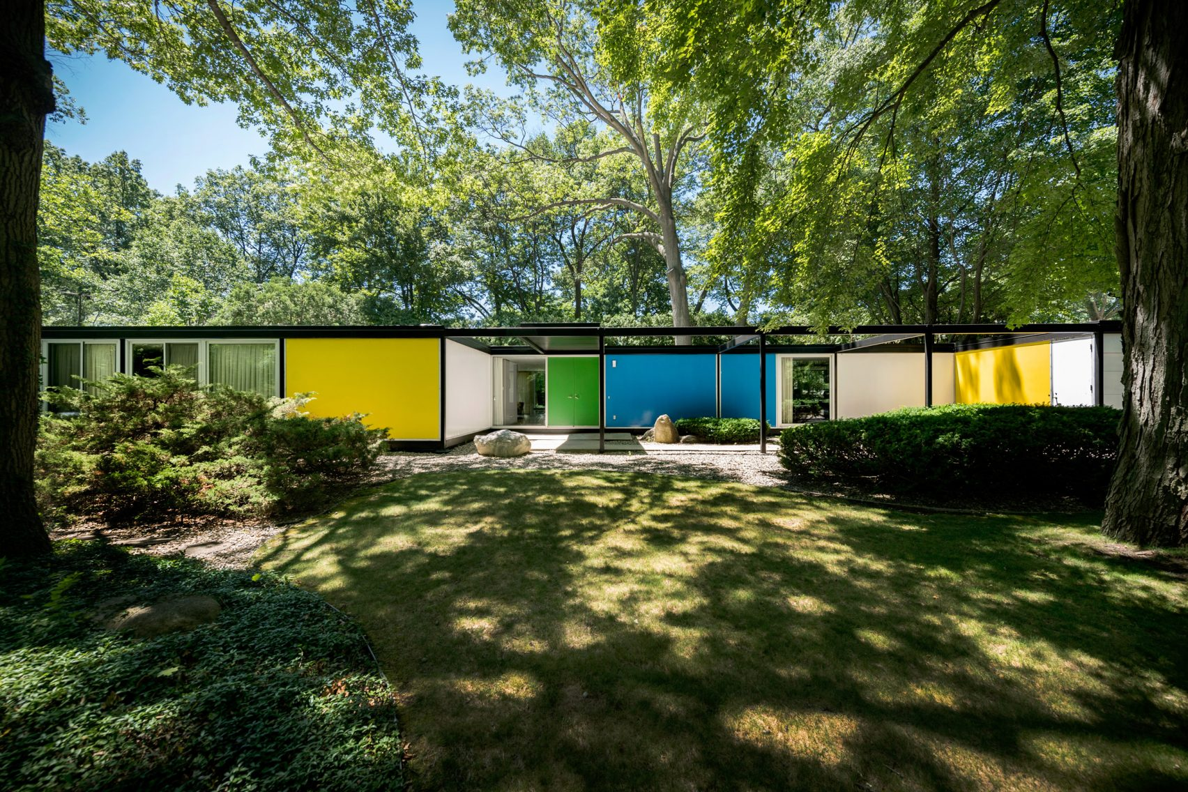 Embracing nature in the mid century modern homes and architecture